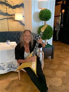 Kirk Hammett with his ESP USA V-II